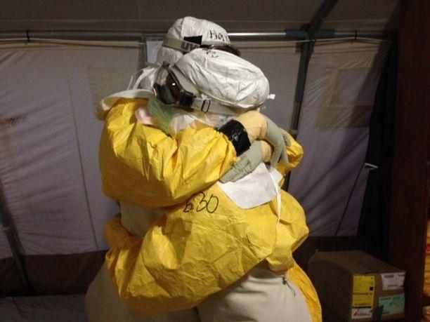 Ebolan sairastuneita oli hoidettava suojavarusteissa.