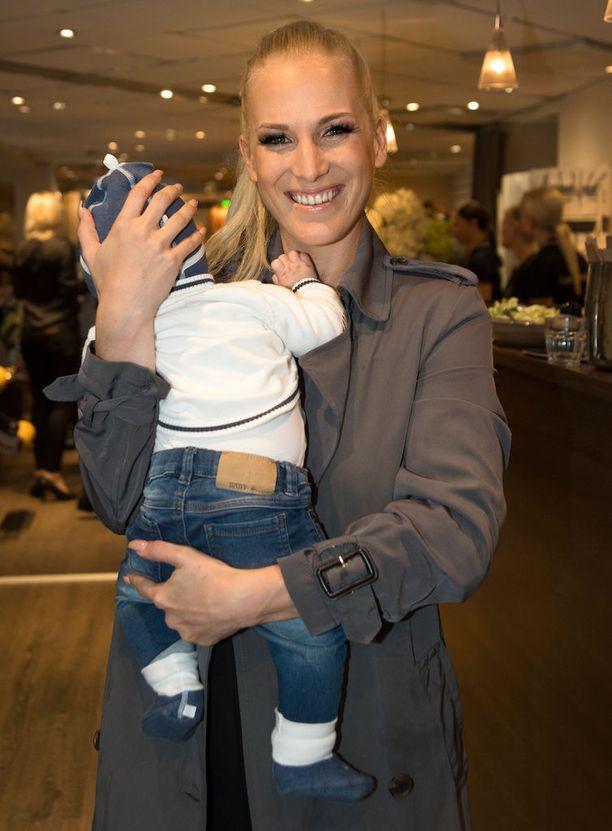 Nanna Karalahden ja Jere Karalahden Jax-poika syntyi toukokuussa 2015.