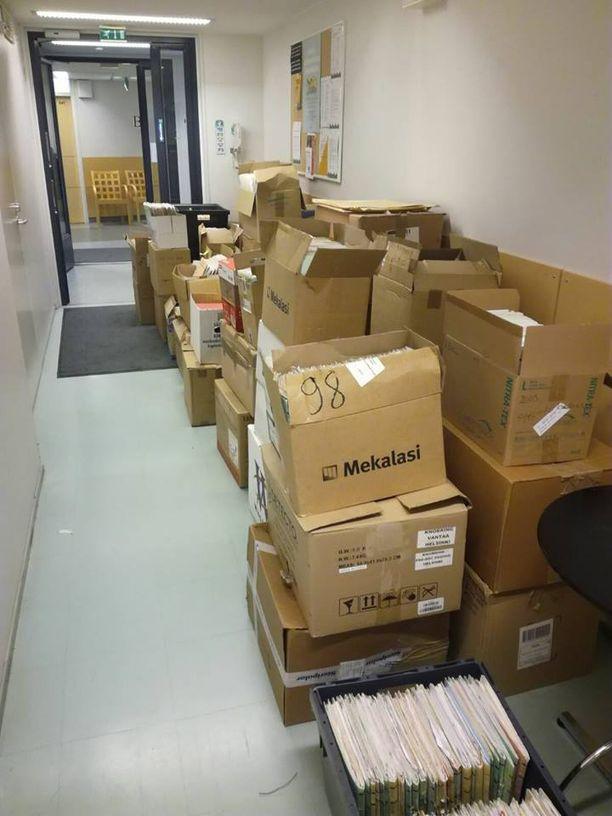 Potilaiden terveyskertomuksia sisältäviä pahvilaatikoita oli jätetty käytävälle Vuosaaren terveysasemalle.