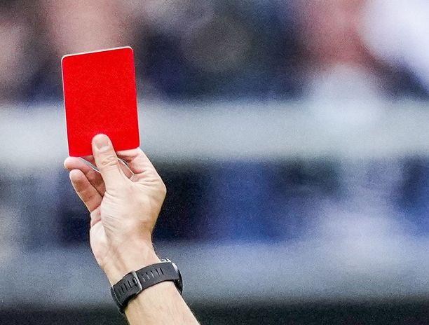 Punainen kortti ottelun lopussa aiheutti kaaoksen Vitosen pelissä.