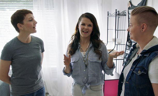Saara Aalto kertoo Maria Veitolalle, että aiheesta puhuminen ei ole helppoa.