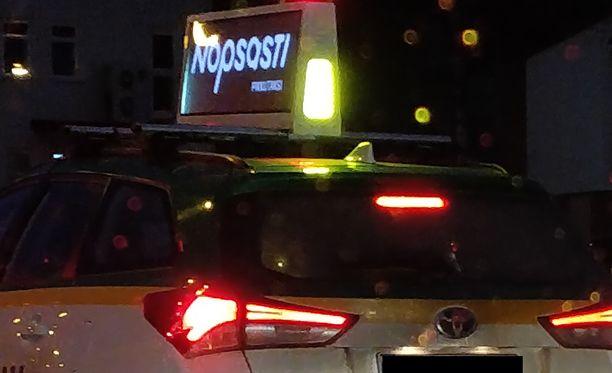 Lukija ihmetteli valokylttiä taksin katolla Tampereella.