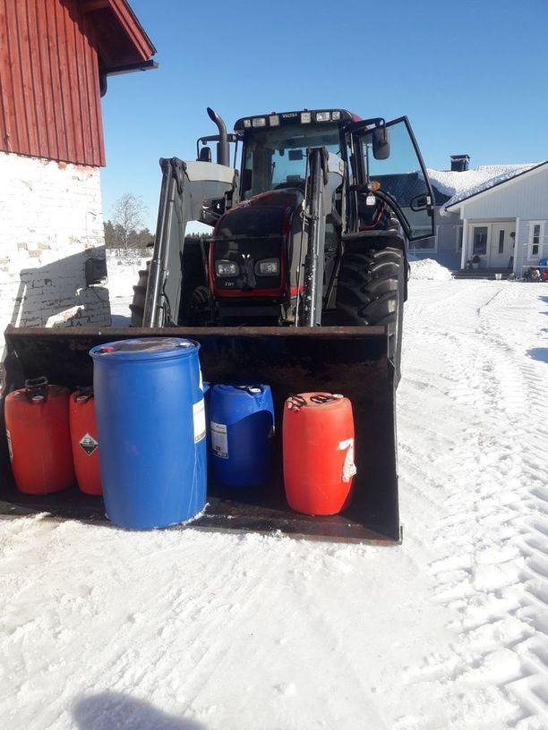Mika Niskanen joutui kaatamaan 1200 litraa maitoa lietealtaaseen.