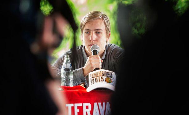 Teuvo Teräväinen esitteli mestaruuslippistä keskiviikkona Helsingissä.