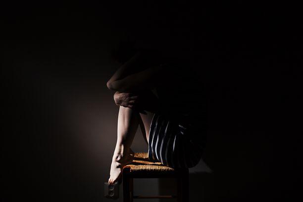 Vanhempansa menettänyt tyttö joutui isoveljensä taloudellisen hyväksikäytön kohteeksi. Kuvituskuva.