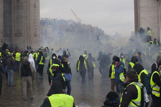 Keltaliivien mielenosoitus Champs Elysees´llä viime lauantaina.