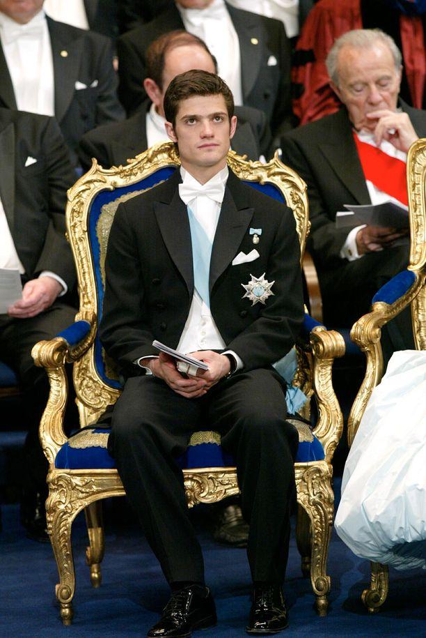 Joulukuu 2001. Nuori Carl Philip kuuntelee kiitospuhetta.