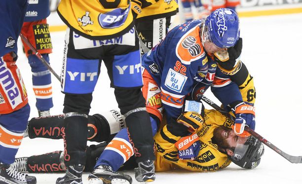 Sebastian Repo tappeli Jerry D`Amigon kanssa pudotuspelien puolivälieräsarjan avauksessa.