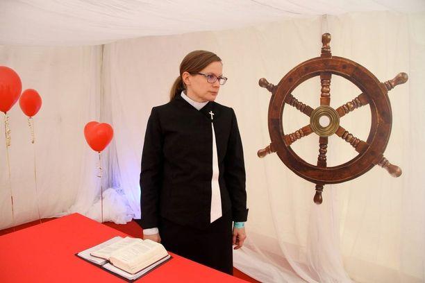 Pastori Marika Huttu vihki pareja kirkollisessa seremoniassa Qstockissa Oulussa.