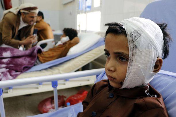 Ilmaiskussa loukkaantuneita lapsia hoidossa sairaalassa.