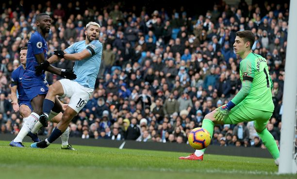 Manchester Cityn Sergio Agüero viimeisteli kolme maalia Chelsean jäädessä jyrän alle peräti 0-6-numeroin.