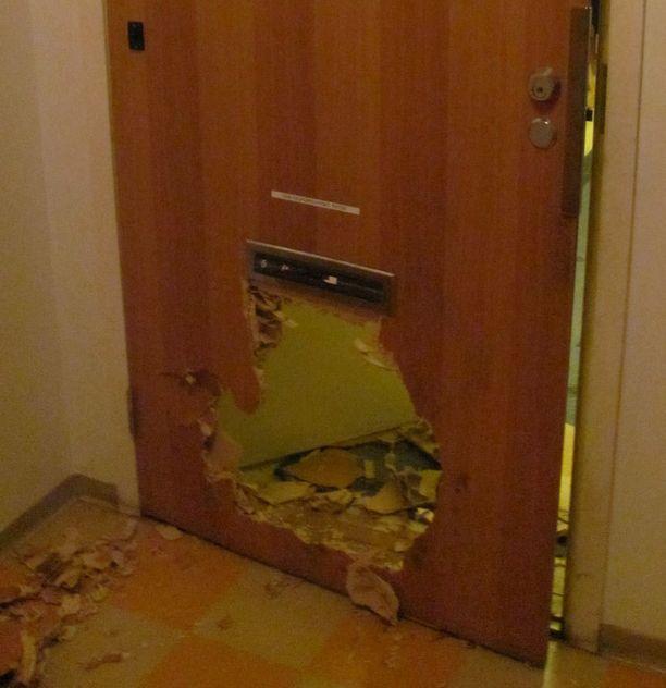 Tästä aukosta mies kömpi sisälle asuntoon.