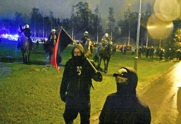 Anarkistien yritys päästä Hietaniemen hautausmaalle kilpistyi lopulta ratsupoliiseihin ja poliisikoiriin.
