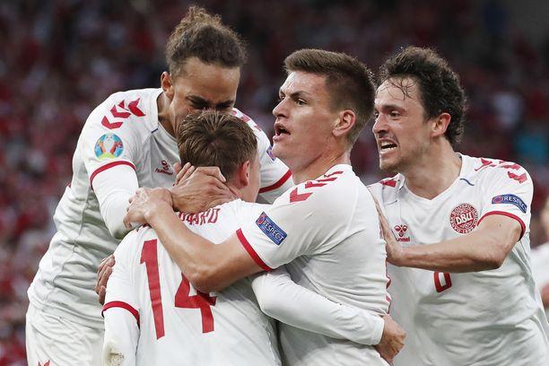 Tanskan pelaajat juhlivat ottelun avausmaalia.