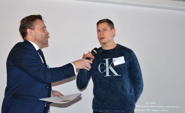 Timo Ritakallio (vas.) ja Oskari Mörö olivat läsnä keskiviikkona VVO:n urheilutilaisuudessa.