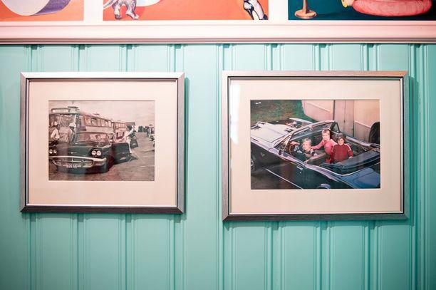 Vasemmalla olevassa kuvassa Tuulian isä hakee äitiään Seutulan lentokentältä. Auto on sama, jonka Tuulia ja Kristian ostivat vuosia myöhemmin takaisin. Oikealla Kristian, hänen siskonsa ja serkkunsa ihastelevat enonsa Pontiac Firebirdiä.