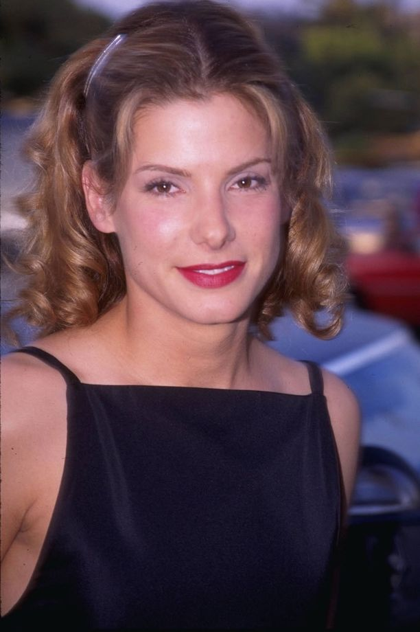 Vaaleampi hiustyyli oli kokeilussa vuonna 1995. Tummempi pukee Sandraa paremmin.