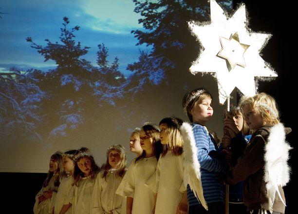 Valtaosa kyselyyn vastanneista lukijoista säilyttäisi joulujuhlan kristilliset perinteet enkeleineen ja uskonnollisine joululauluineen.