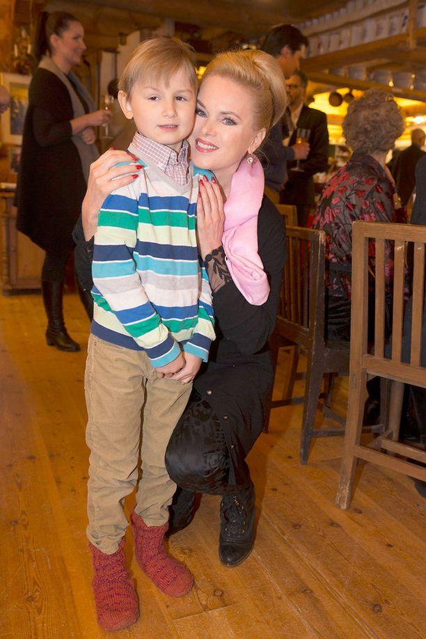 Laulaja Helena Lindgren vietti joulujuhlaa pojanpoikansa Danin, 7, kanssa.