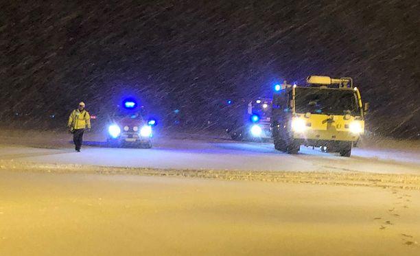 Sääolosuhteet Turun lentokentällä olivat keskiviikkoiltana todella huonot lumimyräkän vuoksi.