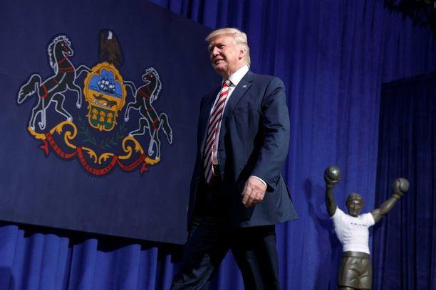 Donald Trump matkalla kannattajiensa eteen.