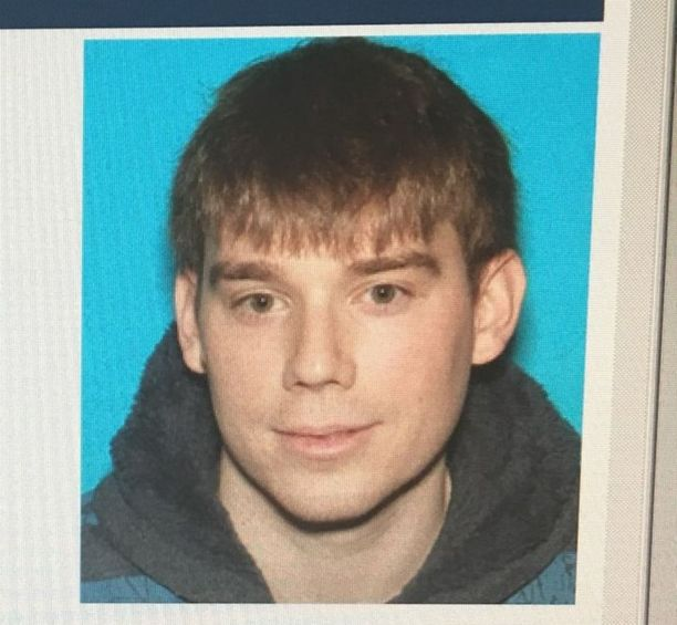 Travis Reinkingin asunnosta löydettiin yksi tuliase. Hänellä on mahdollisesti kaksi asetta mukanaan.