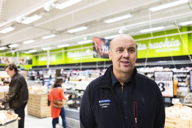 K-supermarket Herkkupadan kauppias Jyrki Huttunen sai Veikkauksen myyntivalmentaja Tiina Kankaanpäältä kukkia.