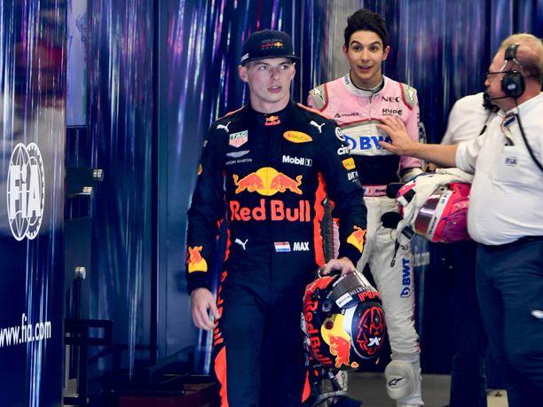 Max Verstappenin turhautuminen paistoi kasvoilta sen jälkeen, kun hänet oli ohjattu pois FIAn punnitustilasta. Verstappen oli ennen tätä kuvaa tönäissyt taustalla seisovaa Esteban Oconia kolme kertaa.