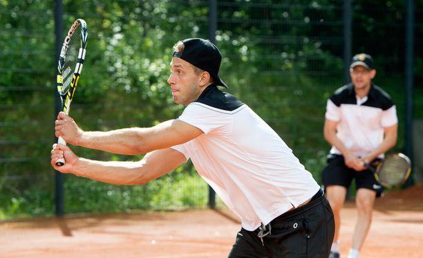 Petteri Lindbohm viihtyy kesällä tenniskentällä.
