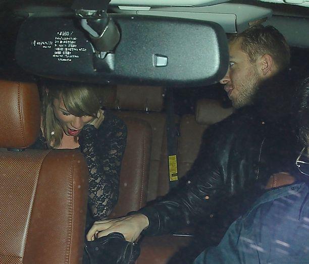Autossa Calvin Harris tarttui rakastaan polvesta.