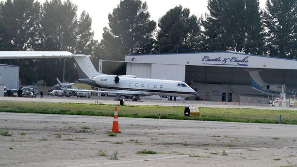 Whitneyn ruumis tuotiin Los Angelesista kotiin yksityiskoneella.