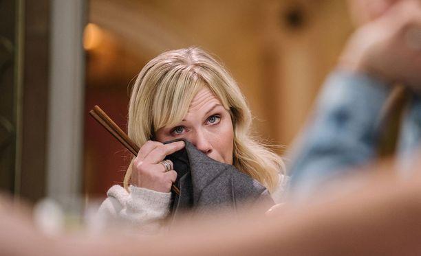 Minea ei pysty pidättelemään kyyneliään kertoessaan parisuhdekriisistään.