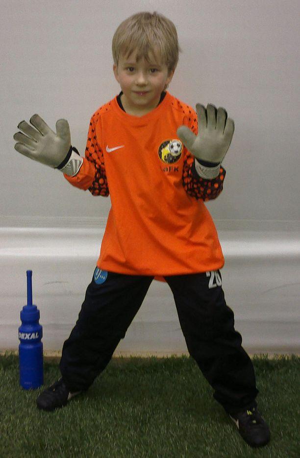 Daniel pelaa kesäisin jalkapalloa.