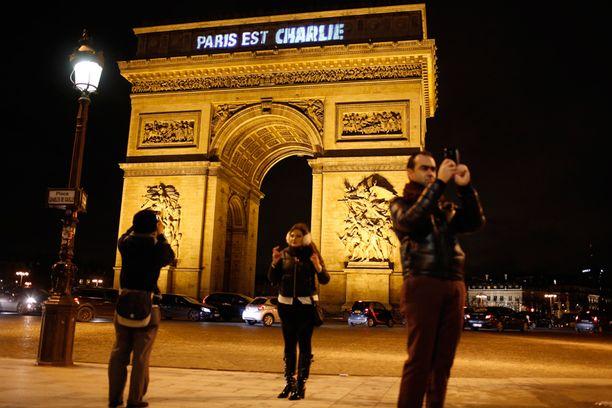 Pariisin riemukaarellakin osoitettiin solidaarisuutta kriisin keskellä.