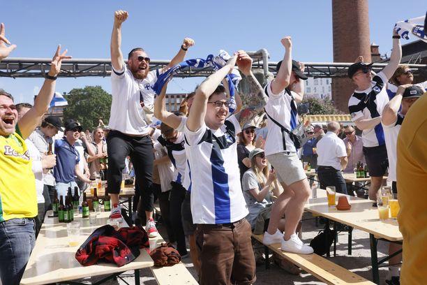 Joel Pohjanpalon paitsiomaali sai keskiviikkona Suomen kannattajat hetkeksi pöydille juhlimaan.