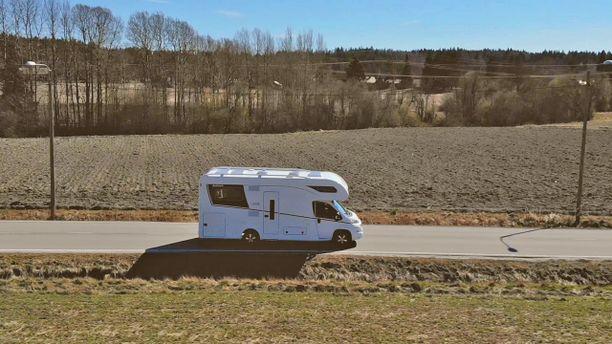 Dethleffs Alpa 6820 tarjoaa varteenotettavan vaihtoehdon niin asuntovaunujen kuin puoli-integroitujen matkailuautojenkin ystäville.