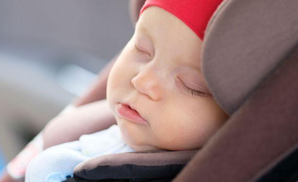 Vauvojen ja taaperoiden tulisi matkustaa autossa selkä menosuuntaan. Kuvituskuva.