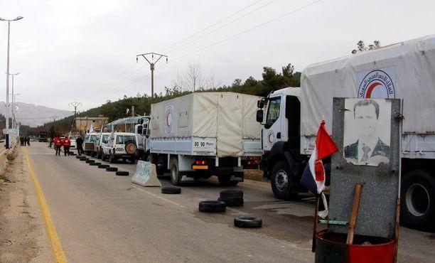 Kansainvälisen Punaisen Ristin, Punaisen Puolikuun ja YK:n avustusrekat matkalla Madayaan.