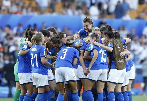 Italian pelaajat juhlivat neljännesvälierävoittoa Kiinasta.