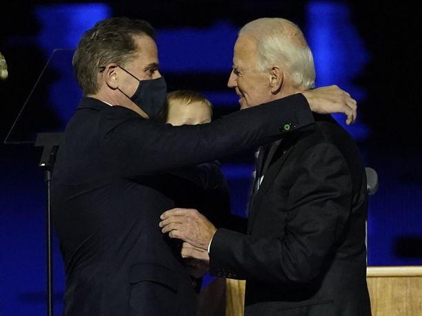 Joe Bidenin pojan Hunter Bidenin (kuvassa vasemmalla) verotusasioista on aloitettu tutkinta.