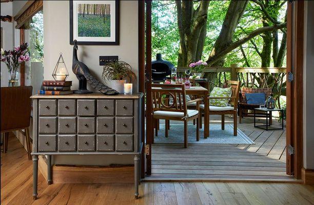 Kieran Fisher on hankkinut persoonallisia esineitä ja huonekaluja kierrätyskeskuksesta.