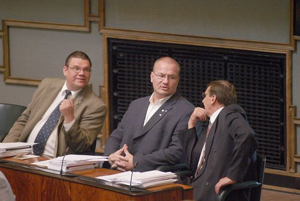 Tony Halme toi perussuomalaisille roppakaupalla julkisuutta - pääasiassa negatiivista. Halme jyräsi eduskuntaan 2003 16 390 äänellä. Myös Soini nousi ensimmäistä kertaa eduskuntaan 2003. Sitä ennen puoluetta eduskunnassa edusti Raimo Vistbacka (vas.).