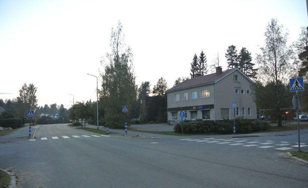 Seppo Laineen asunto on kuvassa näkyvän talon toisessa kerroksessa. Auto kulki etualalla olevaa tietä pitkin.