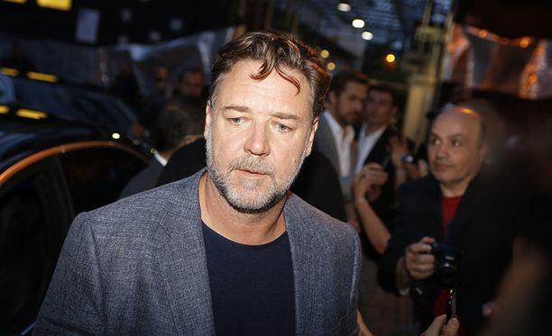 Russell Crowe, 54, on tunnettu uusiseelantilais-australialainen näyttelijä. Mies tunnetaan esimerkiksi elokuvista Gladiator ja Les Misérables.