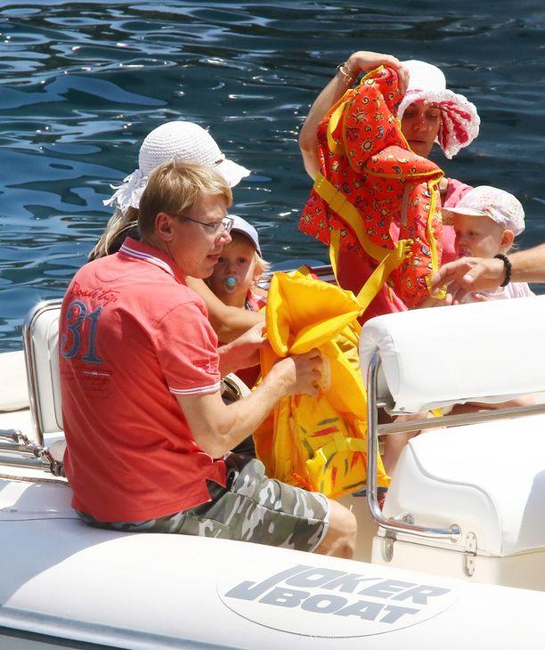 Mika Häkkinen huolehti myös pelastusliivit perheenjäsentensä päälle.