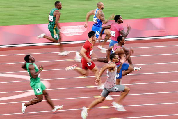 Lamont Marcell Jacobs (numerolla kolme) kiihdytti viimeisillä metreillä olympiavoittajaksi.