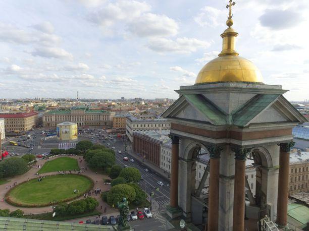 Jos viikonloppuna haluaa ehtiä nähdä koko Pietarin, tavoite onnistuu parhaiten kiipeämällä parisataa rappusta Iisakinkirkon huipulle.