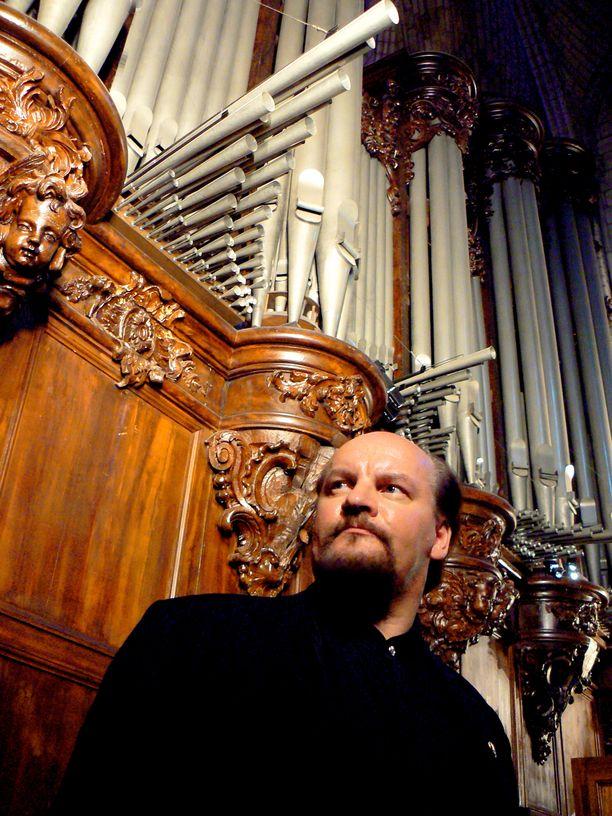 Kalevi Kiviniemi kuvattuna Notre Damen urkujen kanssa.