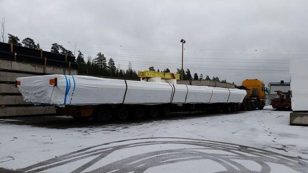 A-Laiturit Oy kertoo, että sunnuntaina A-Laitureiden jättiläislaituri odotteli rekkalavetin päällä Raisiossa. Kuljetus on ensi yönä Helsingin Messukeskukseen.