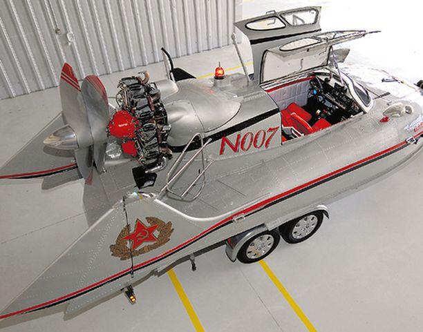 Tupolev N007:ssä on näyttävät lokinsiipiovet.